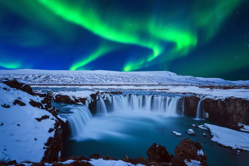 Lumière du nord, aurora borealis à la cascade de Godafoss en hiver, Islande photos stock