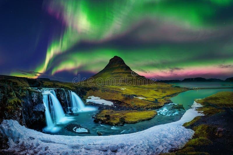 Lumière du nord, aurora borealis chez Kirkjufell en Islande Montagnes de Kirkjufell en hiver images libres de droits