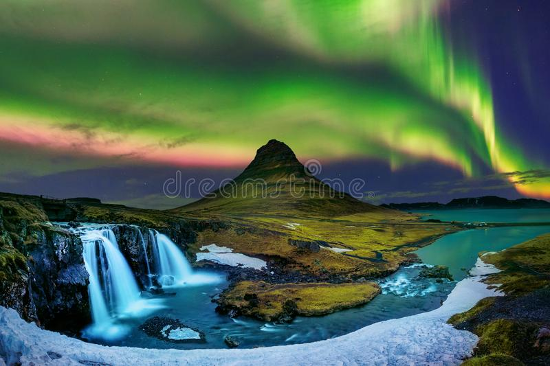 Lumière du nord, aurora borealis chez Kirkjufell en Islande Montagnes de Kirkjufell en hiver image stock