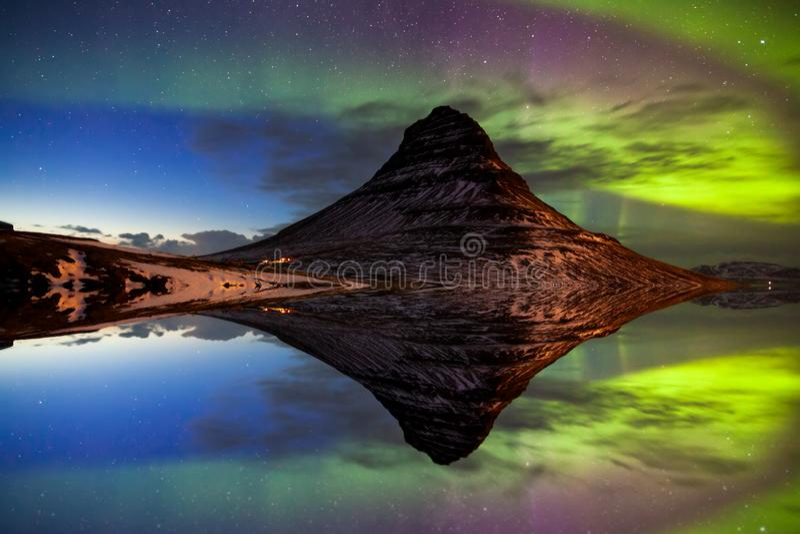 Lumière du nord, aurora borealis chez Kirkjufell en Islande image libre de droits