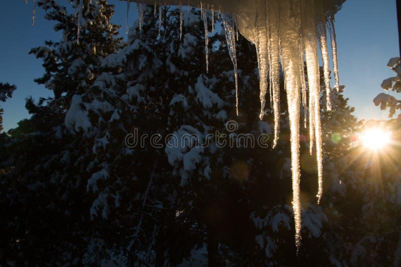 Lumière du soleil avec de la glace pendant du toit photo stock
