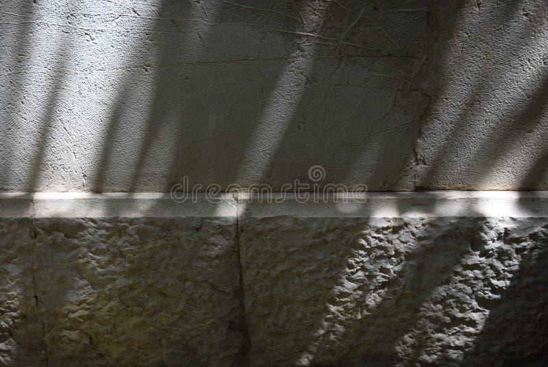 Lumière du soleil avec des ombres sur un mur image stock