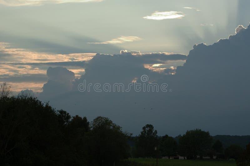 Lumière du soleil coulant au-dessus des nuages de tempête images libres de droits