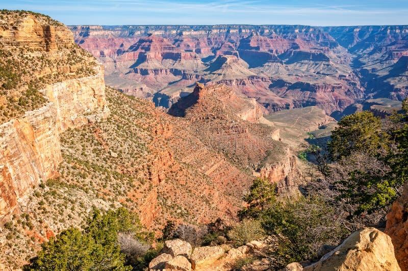 Lumière du soleil de matin brillant sur les formations de roche dans Grand Canyon images stock