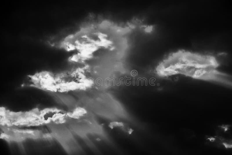 Lumi?re du soleil dramatique venant par les nuages image stock