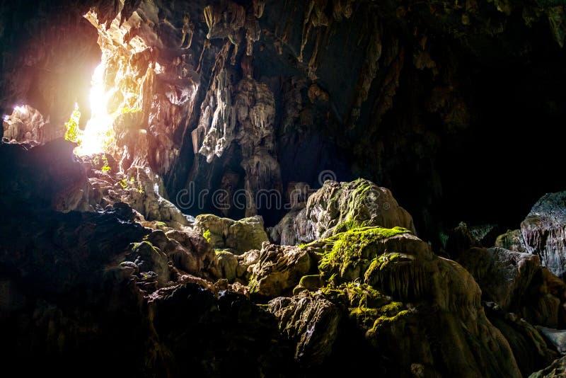 Lumière du soleil en caverne de Tham Phu Kham près de Vang Vieng, Laos photos stock