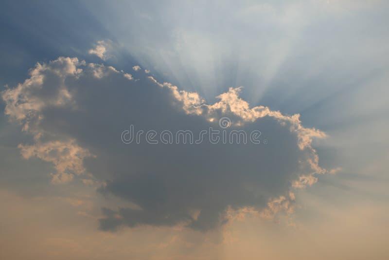 Lumière du soleil par des nuages images stock