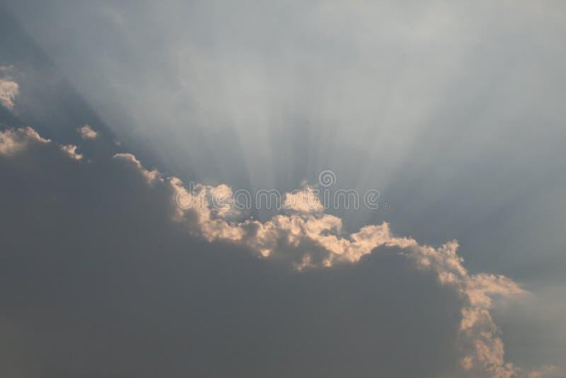 Lumière du soleil par des nuages photos stock