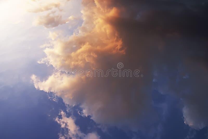 Lumière du soleil puissante et couleur dramatique de ciel et de nuages photo stock