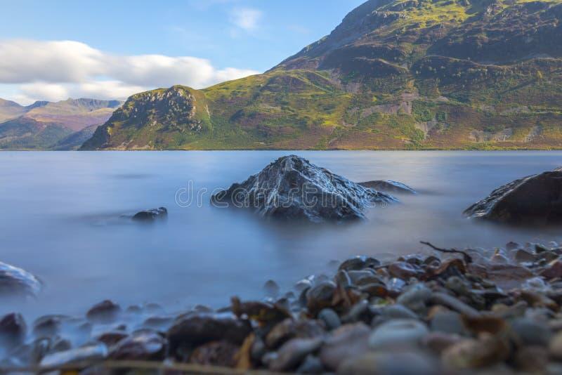 Lumière du soleil sur l'eau d'Ennerdale, Cumbria, le secteur de lac, Angleterre image stock