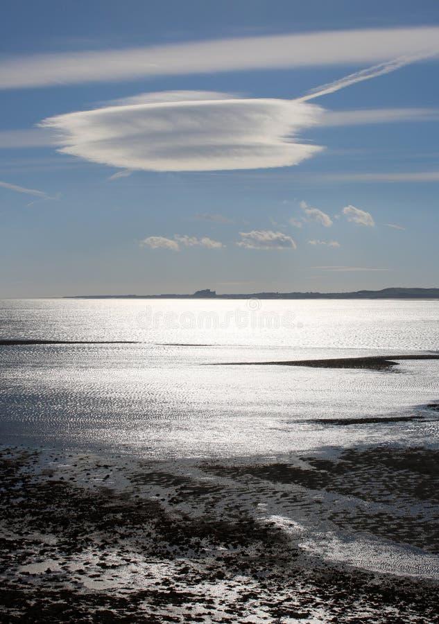Lumière du soleil sur la Mer du Nord, château éloigné de Bamburgh photos libres de droits