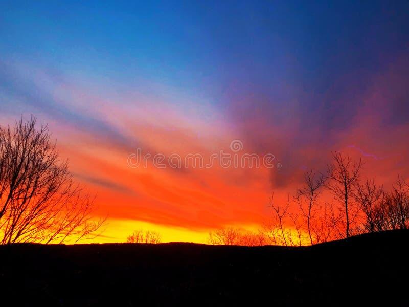 Lumière du soleil venant par des nuages photos stock