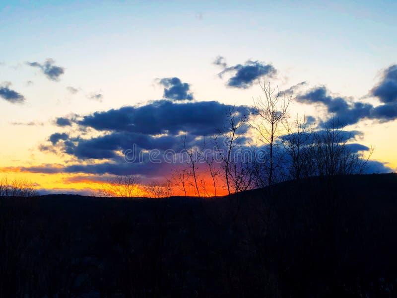 Lumière du soleil venant par des nuages images stock