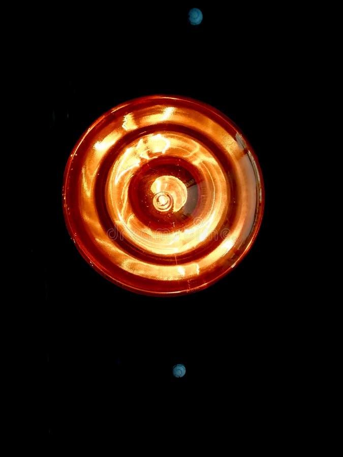 lumière en spirale dans la lampe sur le fond noir photographie stock