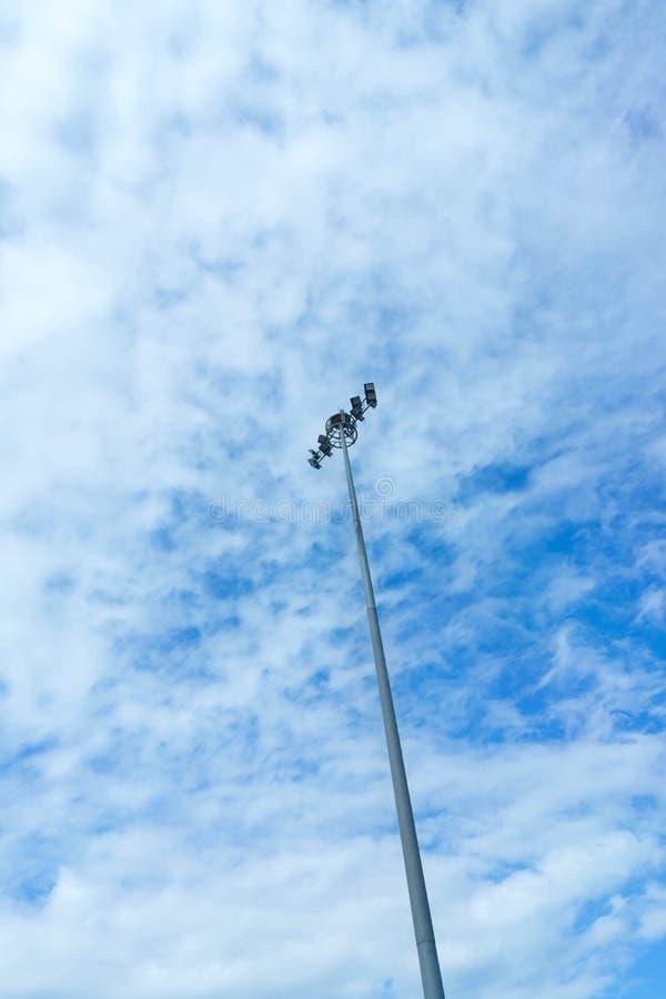 Lumière et courrier de lampe sur l'au sol de dos de ciel bleu images stock