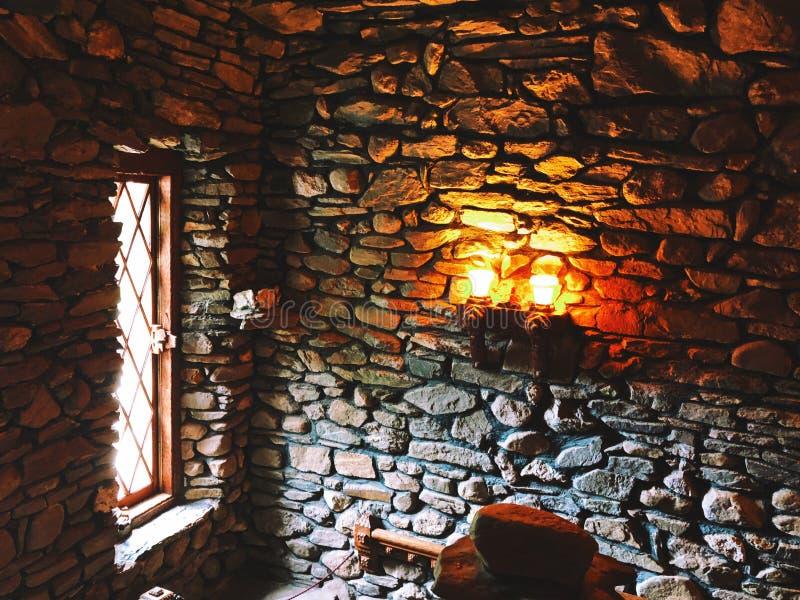 Lumière et mur médiévaux intérieurs de Gillette Castle images libres de droits