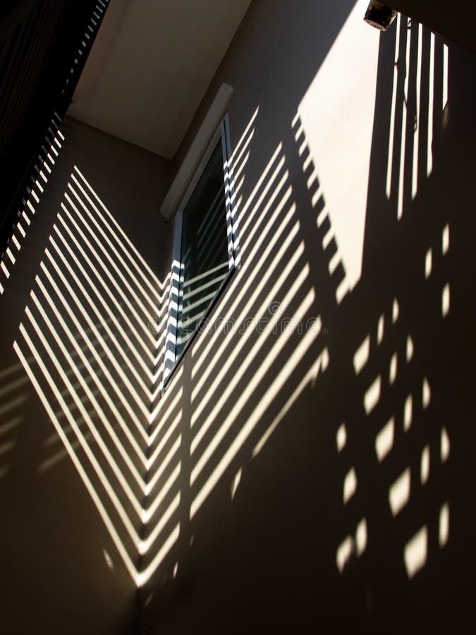 Lumière et ombre sur le mur images stock