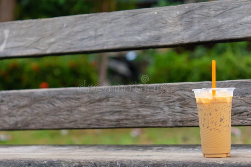 Lumière froide du ` s du soleil de temps de café sur le siège de chaise photos stock