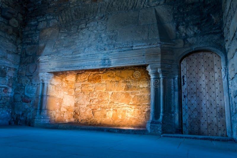 Lumière froide et chaude dans un château médiéval image stock