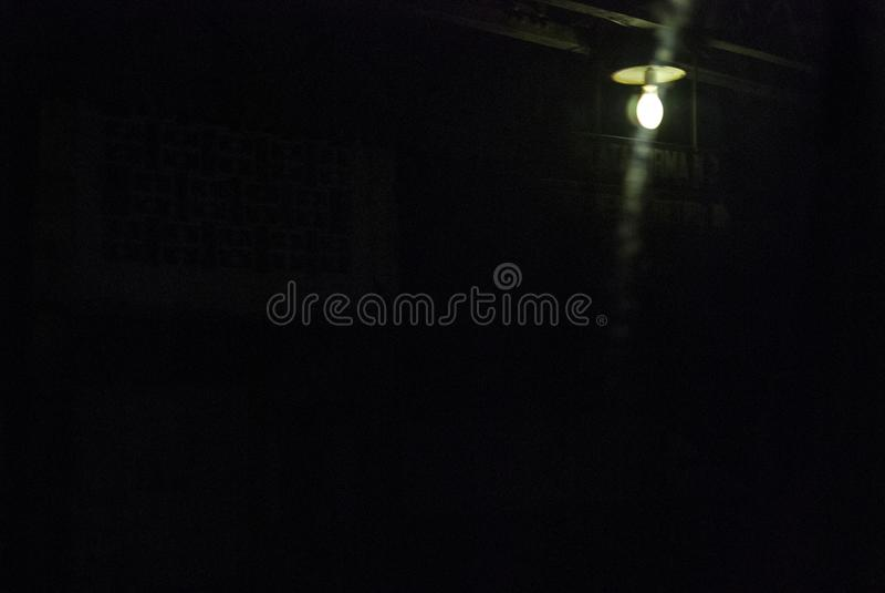 Lumière isolée illuminant la station photo libre de droits
