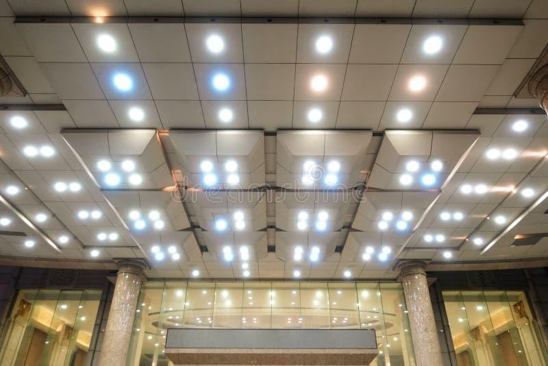 Lumière menée sur le plafond de construction moderne image stock