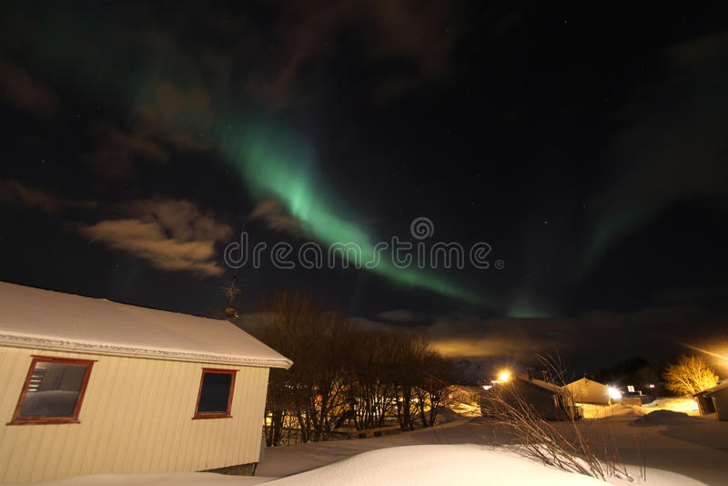 Lumière nordique au-dessus de village norvégien images stock