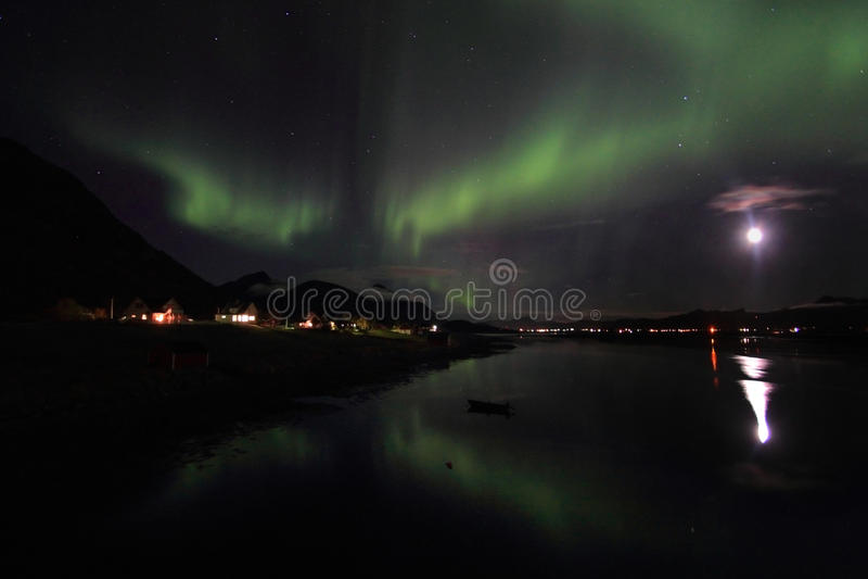 Lumière nordique reflétant dans le fjord image libre de droits