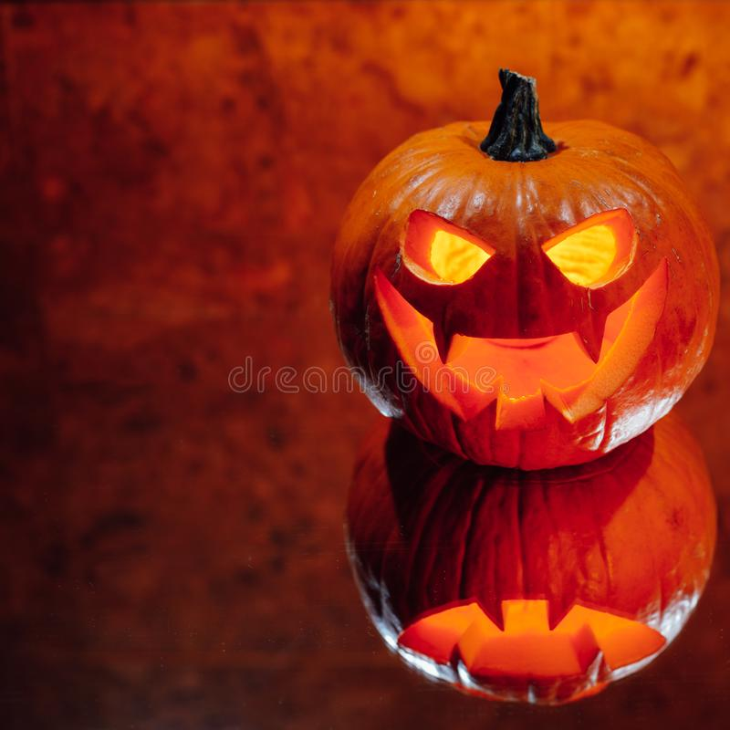 lumière orange de potiron de Jack-o-lanterne, fond de Halloween photos libres de droits