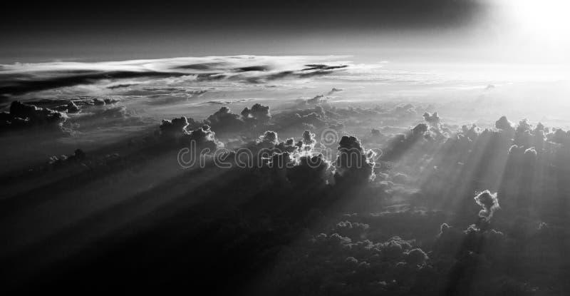 lumière par des nuages images stock
