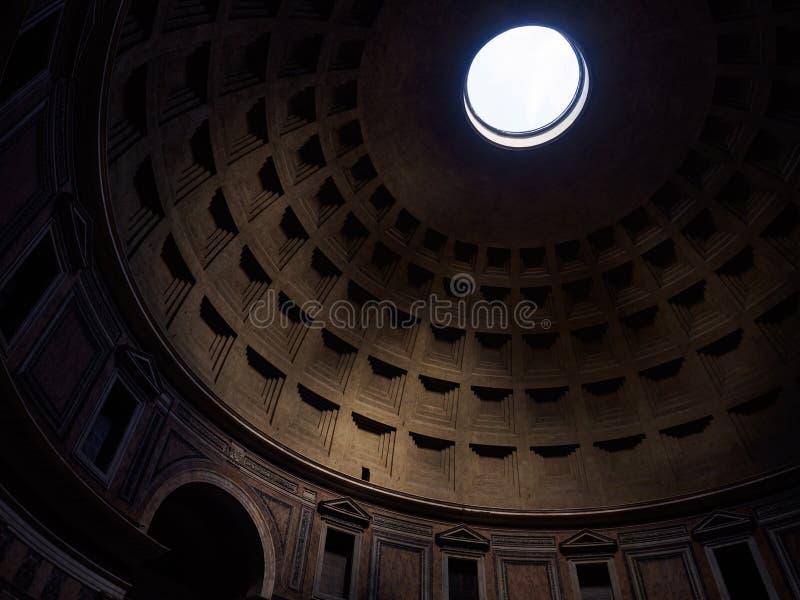 Lumière par le plafond du Panthéon image stock