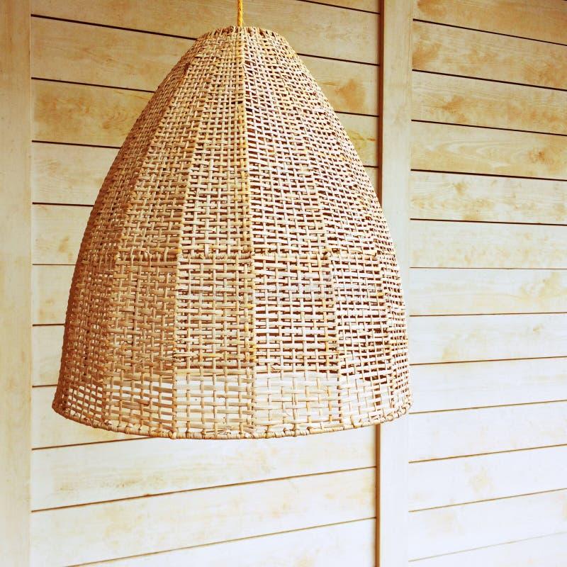 Lumière Pendante Avec L\'abat-jour En Osier Photo stock - Image du ...