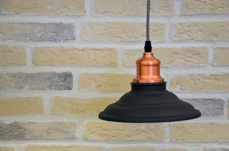 Lumière pendante moderne avec l'ampoule de vintage images libres de droits