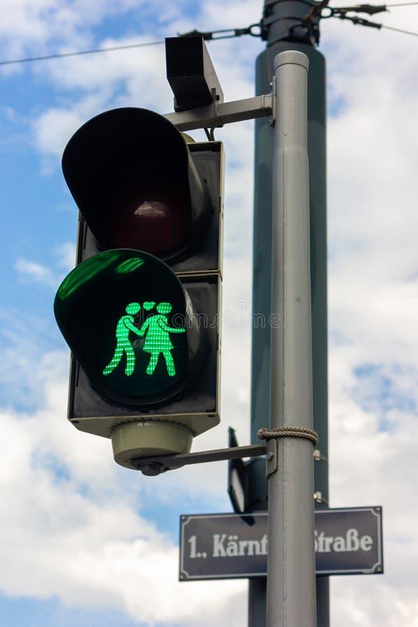 Lumière piétonnière mignonne et verte avec des couples à Vienne, Autriche photo libre de droits
