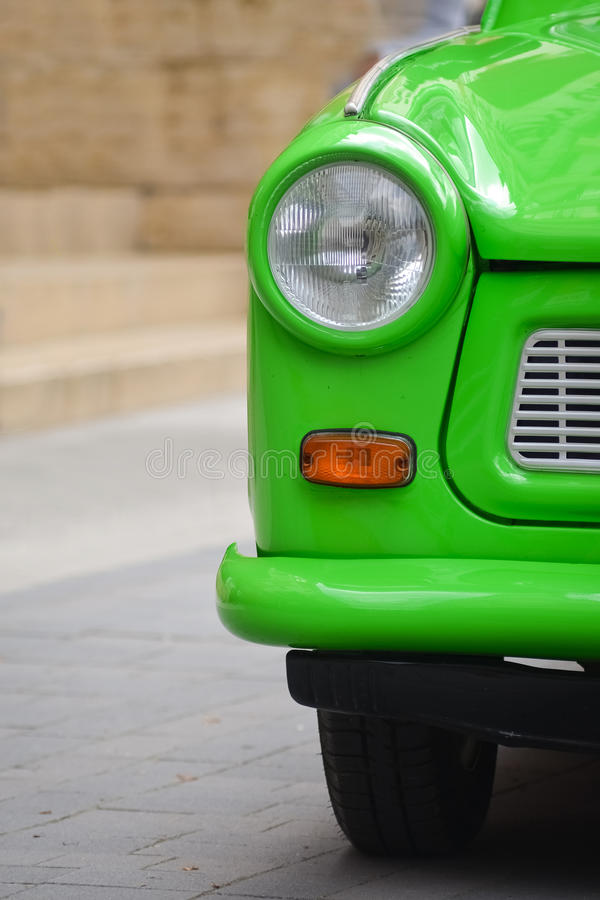 Lumière principale d'une voiture en plastique Allemand de l'Est de vintage. Trabant vert image stock