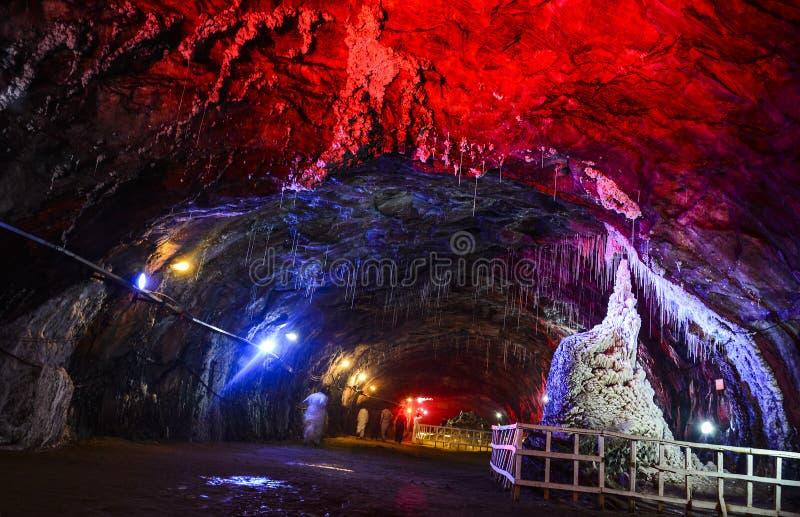 Lumière rouge à l'intérieur de mine de sel de Khewra photos stock