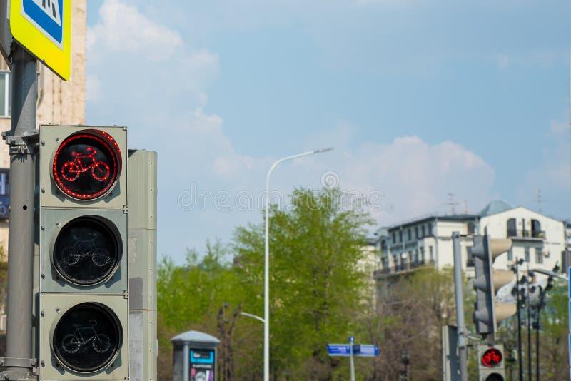 Lumière rouge pour la voie pour bicyclettes comme feu de signalisation Fin vers le haut Foyer s?lectif photographie stock libre de droits