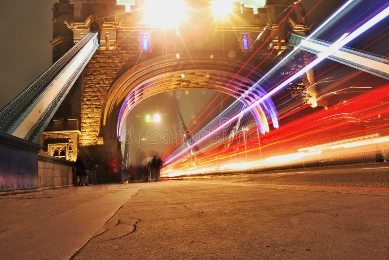 Lumière sous le pont de tour image stock