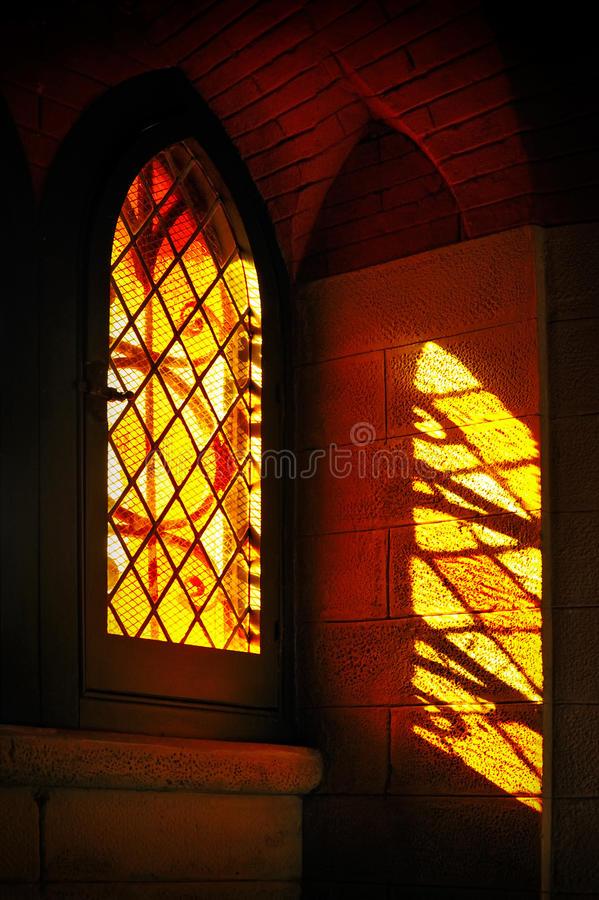 Lumières à travers le verre coloré souillé avec des réflexions photos libres de droits