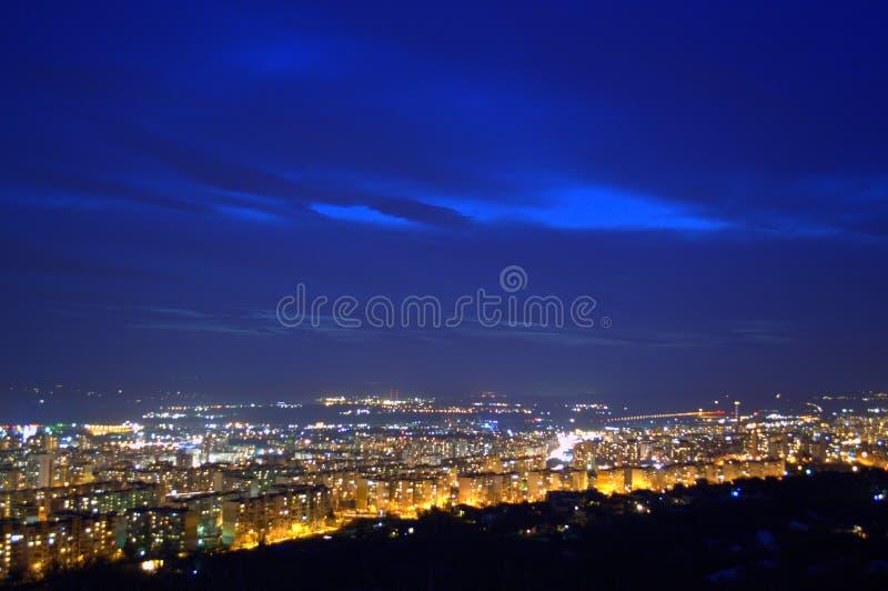 Lumières étonnantes de ville de nuit, Varna, Bulgarie, l'Europe photos libres de droits