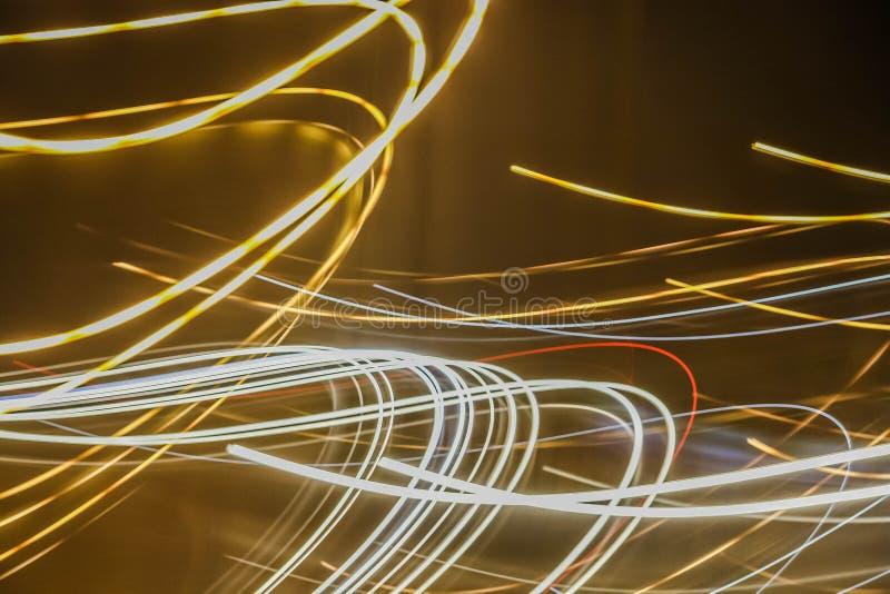 Lumières abstraites colorées des voitures sur la route photo stock
