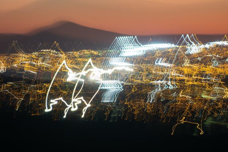 Lumières abstraites urbaines de ville dans la tache floue de mouvement images libres de droits