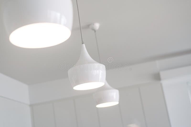 Lumières blanches dans une nouvelle cuisine photos libres de droits