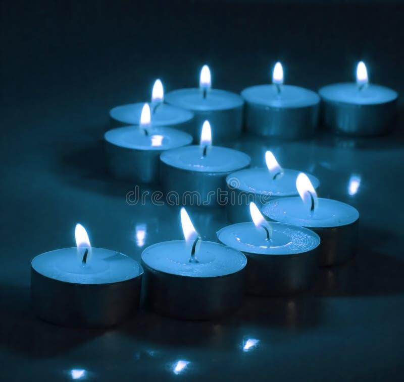 Lumières bleues profondes de thé de lueur de chandelle photo libre de droits