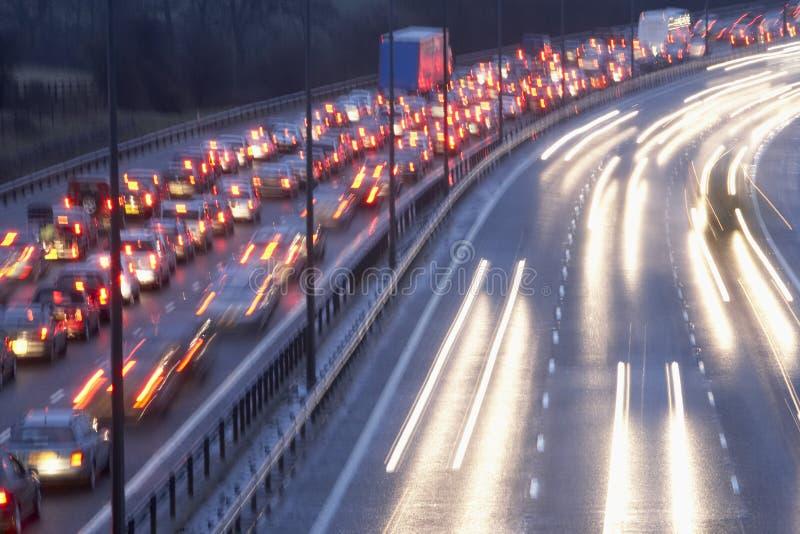 Lumières brouillées d'arrière et feux de signalisation sur l'autoroute images libres de droits