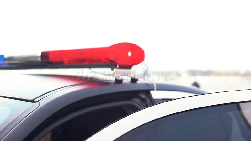 Lumières clignotantes sur l'automobile ouverte de police, sécurité publique des citoyens, sécurité photographie stock