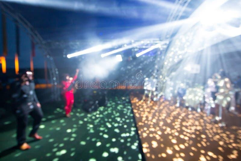 Lumières colorées brouillées à l'intérieur de club de musique images stock