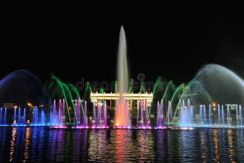 Lumières colorées de la fontaine de danse en parc de Gorki images stock