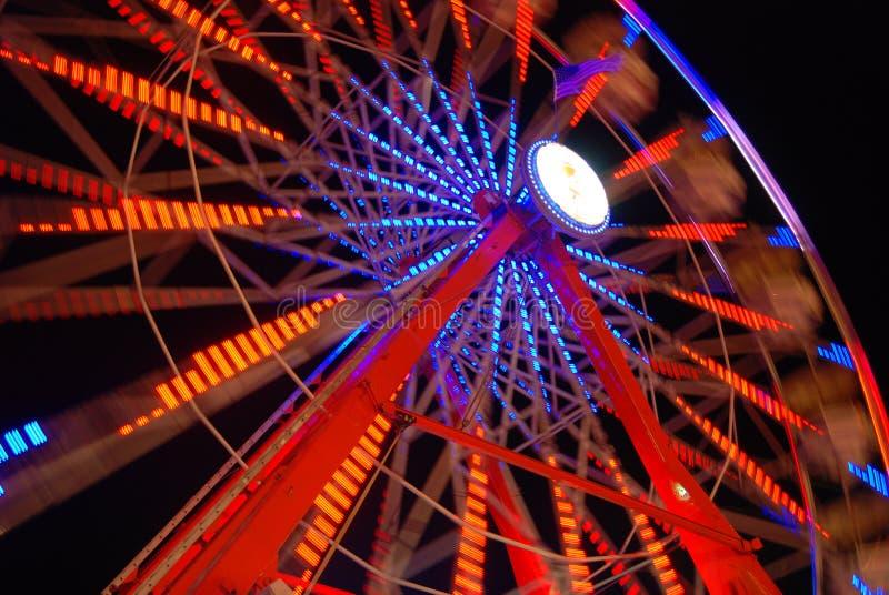 Lumières colorées de roue de Ferris la nuit image libre de droits