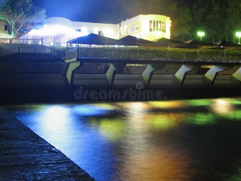 Lumières colorées de station touristique de nuit image libre de droits