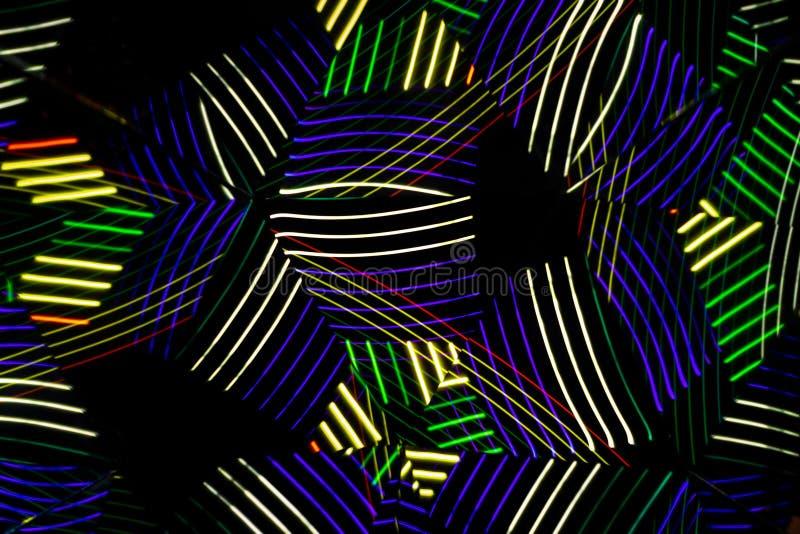 Lumières colorées sous forme de lignes qui forment le résumé et les modèles symétriques Longue photographie d'exposition Miroirs  photo stock